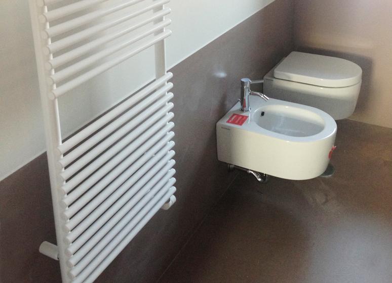 Impianto idraulico bagno. Foto sanitari e termosifone