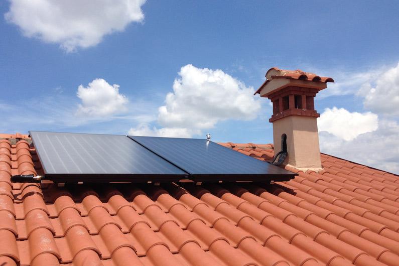 Un piccolo impianto solare termico installato su tetto a falde