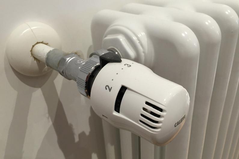 Una valvola termostatica installata su un termosifone tradizionale