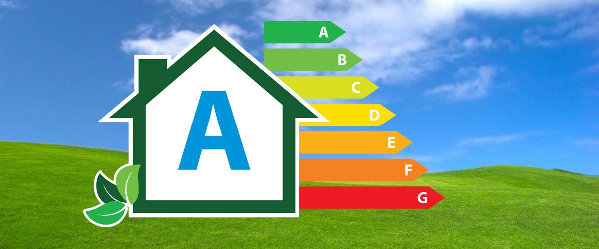 Immagine stilizzata di una casa e tabella classe efficienza energetica abitazioni.