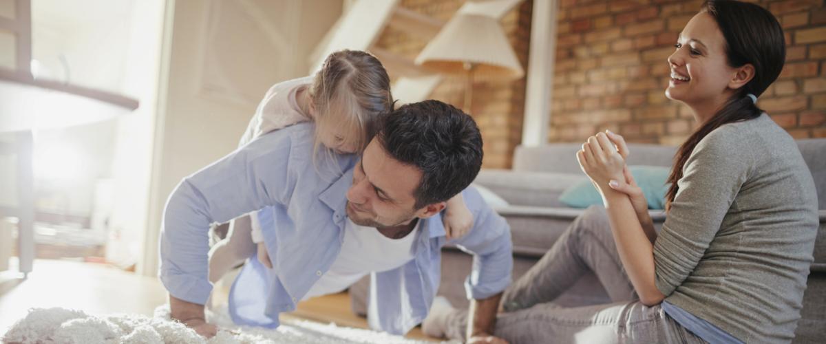 Risparmio energetico abitazioni. Interno casa con famiglia nel salone