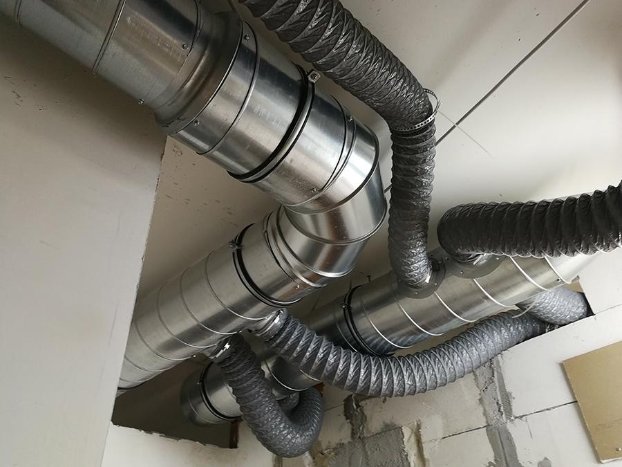 Canalizzazione a servizio di un impianto VMC, installato in uno studio di fisioterapia.