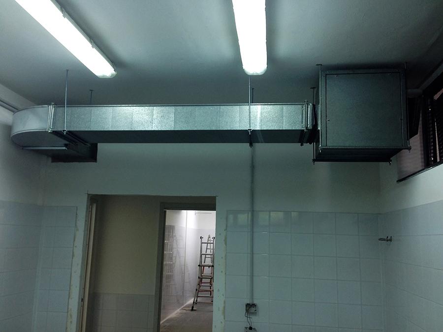 Estrattore aria viziata di un impianto VMC, installato in un laboratorio industriale di pasticceria.