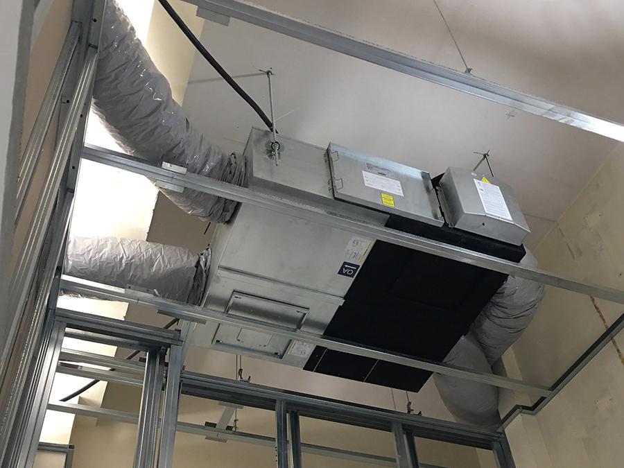 Sistema di recupero calore di un impianto VMC, installato in un negozio di parrucchiera.