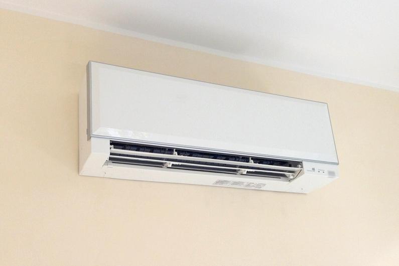 unita-interna-impianto-climatizzatore-installato-su-parete